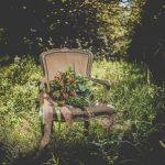 decoration mariage boheme et fleurs sur un fauteuil vintage